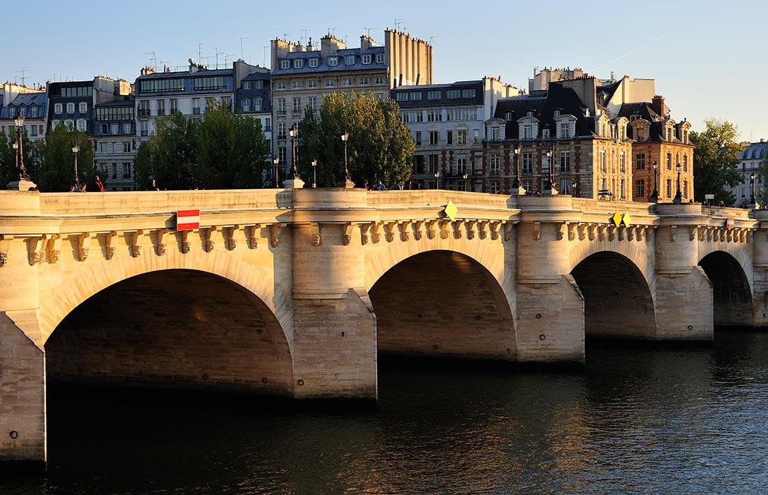 Новий міст в Парижі