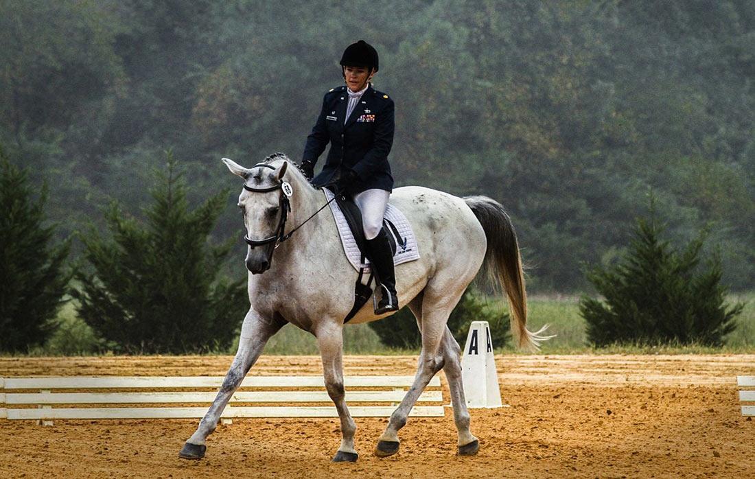 жінка на коні